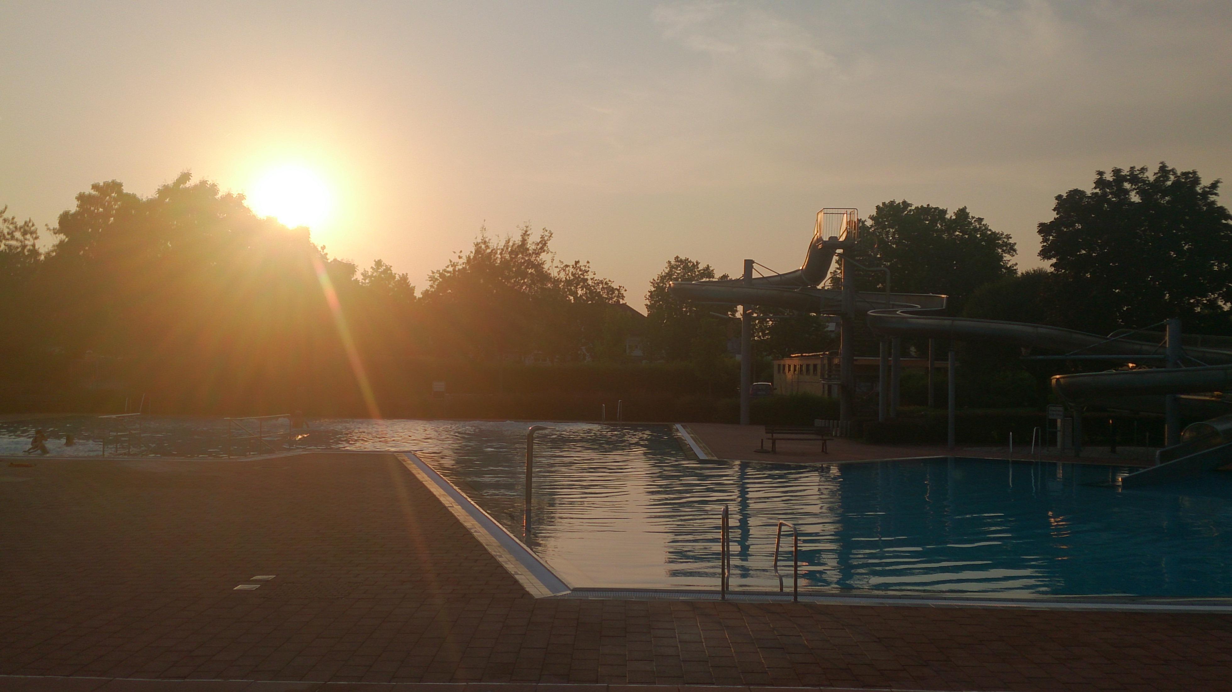 Achtung baderegeln beachten erst recht wenn es hei ist for Seligenstadt schwimmbad